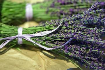 Bukiecik lawendy przewiązany fioletową wstążeczką