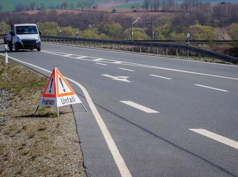 Achtung Verkehrsunfall Schild am Straßenrand