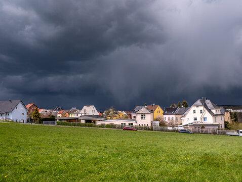 Unwetterwolken über einem Dorf