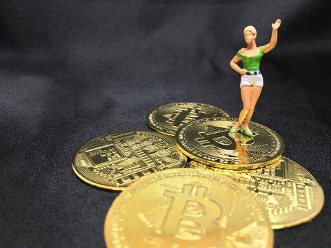 ビットコインの山の上に立つ女性、仮想通貨、投機、成功者イメージ