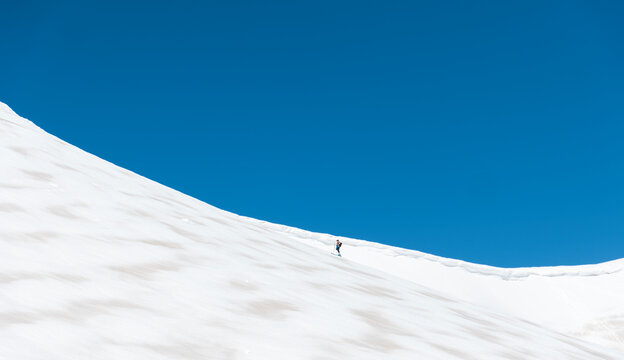 Spain, Palencia, Cardano de Arriba, Ski touring on snowy Murcia Peak
