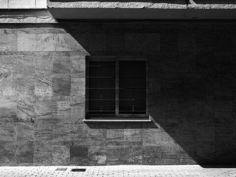 Simetrías con luces y sombras sobre un edificio.