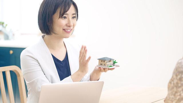 カップルと面談する女性 ハウスメーカー 設計士