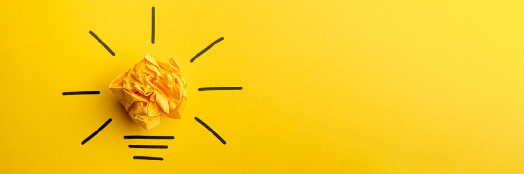 Gelbe Papierkugel als Idee - Glühbirne- Konzept