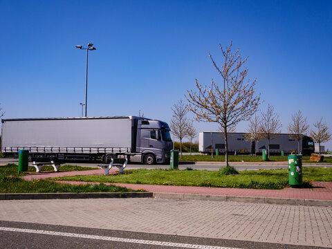 LKWs auf einem Rastplatz auf der Autobahn
