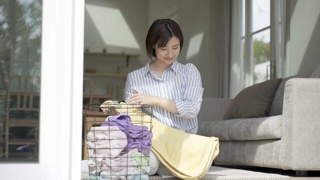洗濯物を畳む女性