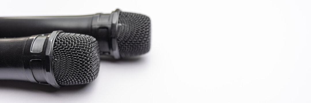 Mikrofon liegt auf weißem Hintergrund