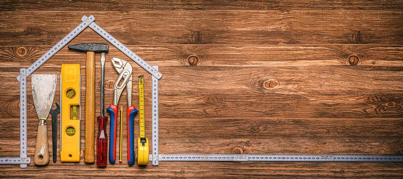 Werkzeug liegt in einem Haus aus einem Zollstock