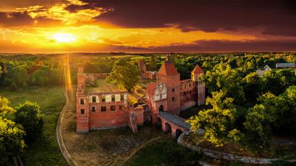 Obraz  ruiny średniowiecznego zamku w Szymbarku k / Iławy - fototapety do salonu