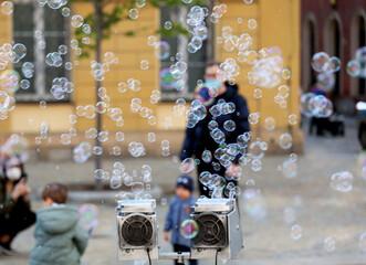 Fototapeta Bańki mydlane na wrocławskim starym mieście dla dzieci.  obraz