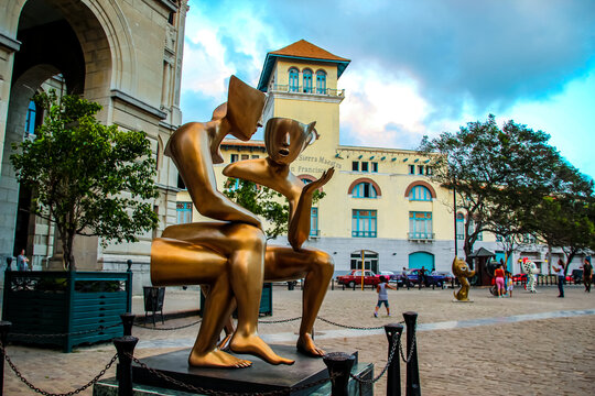 La Conversacion by Etienne Pirot, installed in the Plaza de San Francisco in Havana, Cuba. Sculpture represents the need for dialogue in contemporary society.