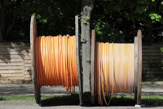 zwei kabeltrommeln mit glasfaserkabel für schnelles internet