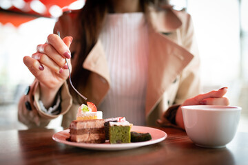 Fototapeta スイーツを食べる女性 obraz