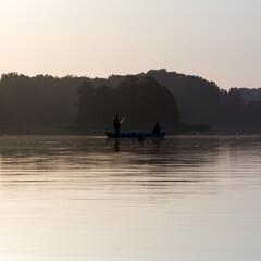 Krajobraz konturówka pejzaż łódka  zarysy sylwetek dwóch wędkarzy łowiących ryby na jeziorze