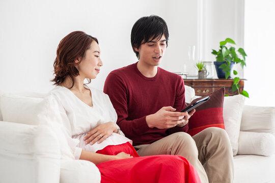 両親とビデオ通話を繋いでいる夫婦