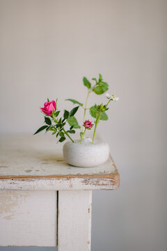 Blütenstengel in einer Vase im japanischen Ikebana Stil