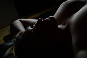 frau schatten erotik dessous gesicht portrait lippen hals mund dekolette