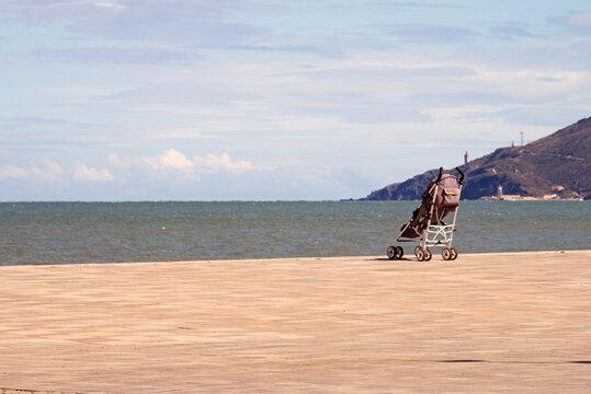 Einsamer Kinderwagen am Strand von Argeles sur mer