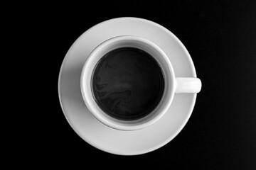 czarno białe zdjęcie kubka z kawą z góry