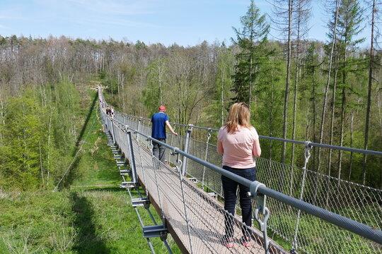 Leute auf der Hängeseilbrücke Bärental Hohe Schrecke