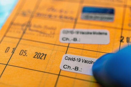 Aufkleber in einem Impfausweis nach zweiter Coronaimpfung