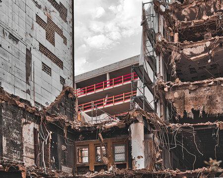 Für die neue Architektur muß das alte Gebäude weichen - Abbruch Baustelle in der Stadt