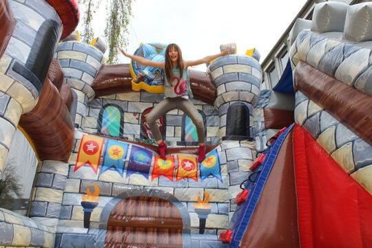 Zu einem Geburtstag in der Corona Zeit wurden statt vielen Kindern eine Hüpfburg gemietet