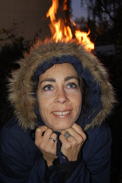 Frau mit Mütze am Lagerfeuer - Feuer, Kälte, Warm, Kalt, Feuer