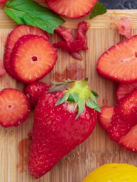 Preparare una dolce macedonia di fragole