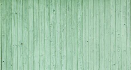 Grüne Hausfassade aus Holz in Schweden. Hintergrund. Background. Old green color wooden facade of...