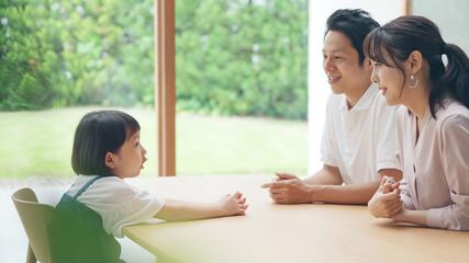 会話する親子 子育てイメージ