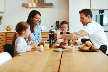 Obraz Smiling family enjoying a healthy breakfast - fototapety do salonu