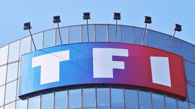 Enseigne / logo de la chaîne de télévision française TF1 au sommet du bâtiment du siège social de l'entreprise, à Boulogne-Billancourt, près de Paris – avril 2021 (France)
