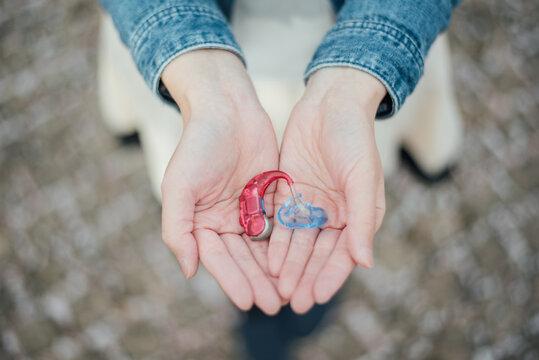 【手話】(女性)「補聴器」