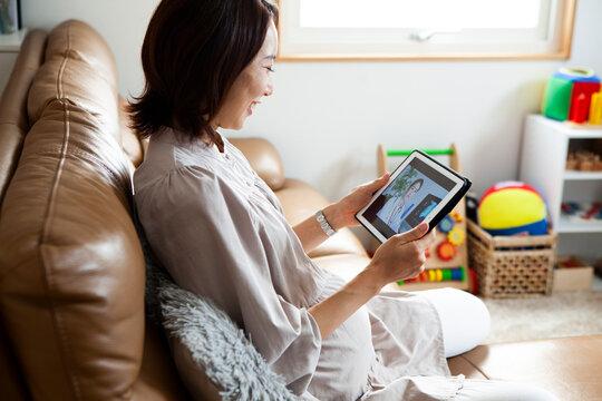 オンライン診療で医者に相談をする妊婦