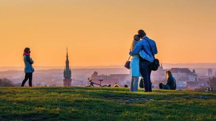 Fototapeta Para zakochanych na tle starego miasta w krakowie z kopca krakusa obraz