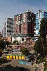 Bloki w centrum miasta, w pobliżu parku