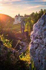Zamek Pieskowa Skała i Maczuga Herkulesa w zachodzącym słońcu. Ojcowski Park Narodowy