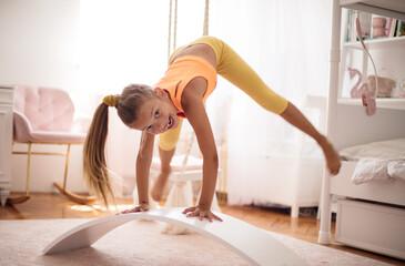 Obraz Little girl stretching. - fototapety do salonu