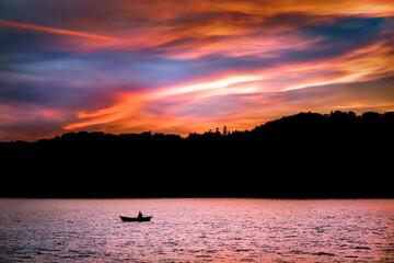 Zachód słońca z rybakiem Jezioro Solińskie Lato