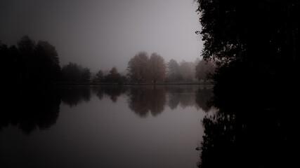 Jezioro w blasku księżyca