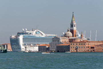 Fototapeta Wielki statek wycieczkowy na Canale Grande w Wenecji obraz