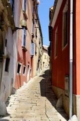 Fototapeta Różnokolorowe średniowieczne budynki nad morzem śródziemnym. Wakacyjne widoki.  obraz