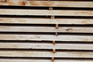 Fototapeta Drewniane belki z surowego drewna ułożone w deseń.  obraz