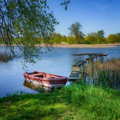 Łódka przycumowana u brzegu jeziora