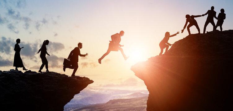 ビジネスとチームワーク 山を登るビジネスマン