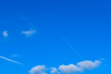Białe, pierzaste chmury na tle błękitnego nieba.