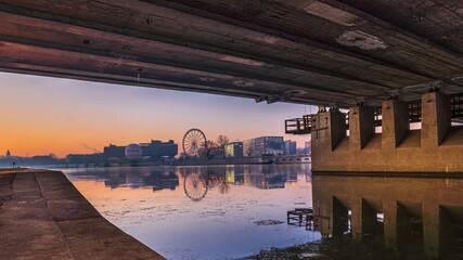 Obraz Widok spod mostu grunwaldzkiego na koło i balon przy hotelu forum - fototapety do salonu