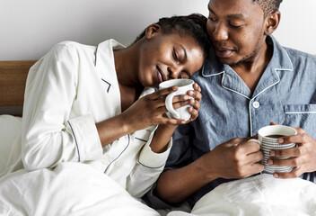 Obraz A couple having coffee in bed - fototapety do salonu