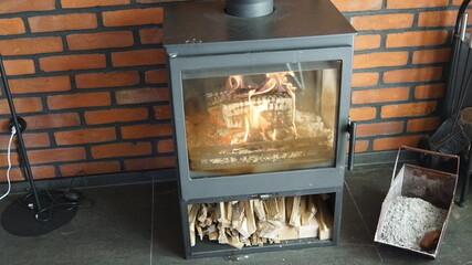 Kominek, ogień w kominku i odpoczynek przy płomieniach z kominka